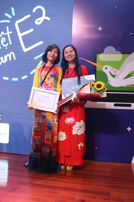Hai cô giáo đại diện Quảng Trị tham dự diễn đàn Giáo dục sáng tạo toàn quốc. Ảnh: Trần Chánh