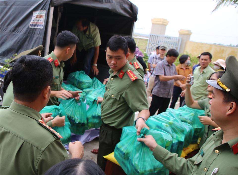 Lực lượng Công an tỉnh Quảng Trị hỗ trợ đoàn vận chuyển và cấp phát các phần quà. Ảnh: Hưng Thơ.