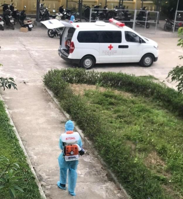Phương tiện vận chuyển 2 trường hợp trở về từ vùng dịch đến Bệnh viện Chuyên khoa Lao và bệnh Phổi tỉnh Quảng Trị được xử lý diệt khuẩn. Ảnh: PV