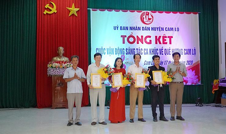 Lãnh đạo Phòng VHTT và Trung tâm VHTT-TDTT huyện trao giải khuyến khích cho các tác giả