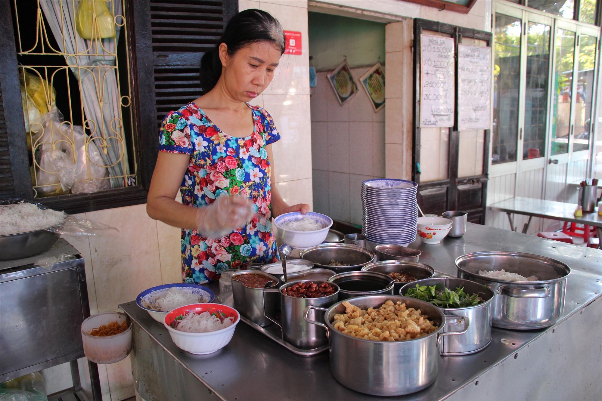Quán cơm hến Hoa Đông nổi tiếng nhất Cồn Hến