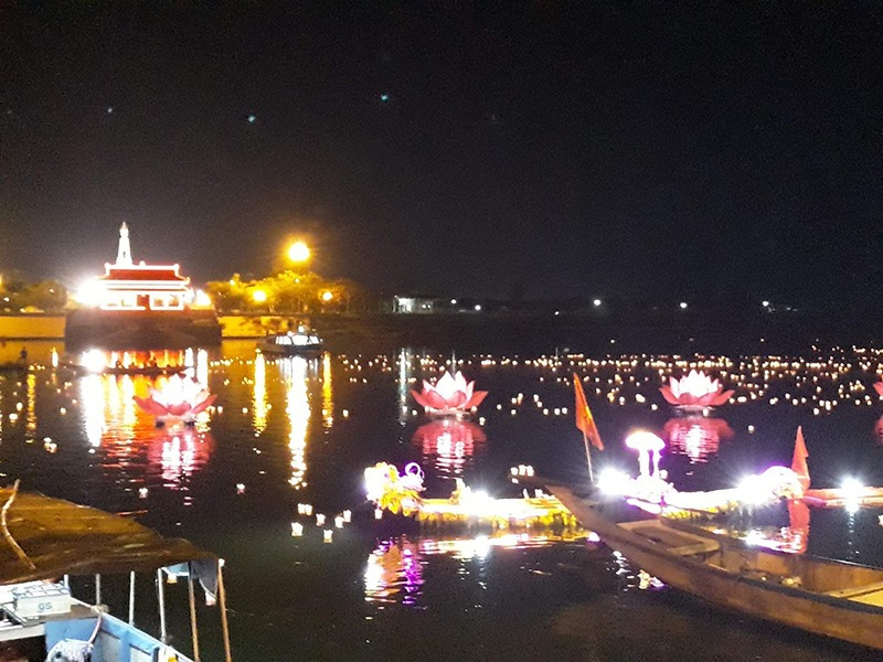 Lễ hội hoa đăng tri ân các anh hùng liệt sĩ trên sông Thạch Hãn được tổ chức định kỳ hằng tháng là điểm nhấn của sản phẩm du lịch tâm linh. Ảnh: T.T