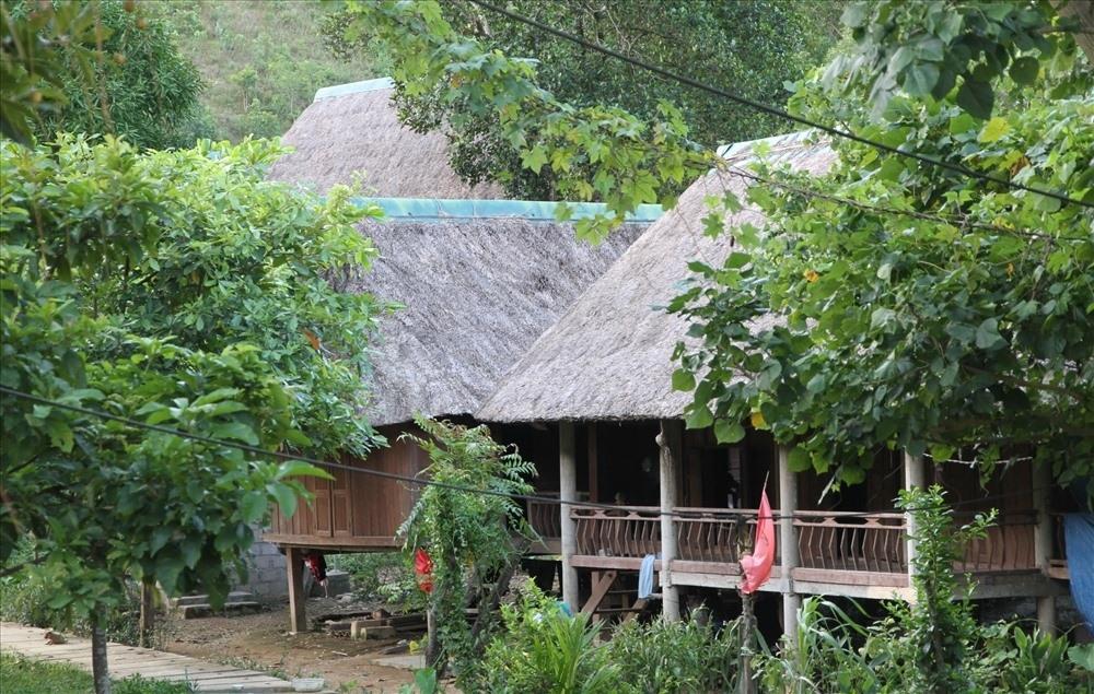 Những ngôi nhà sàn truyền thống của người Vân Kiều được phục dựng