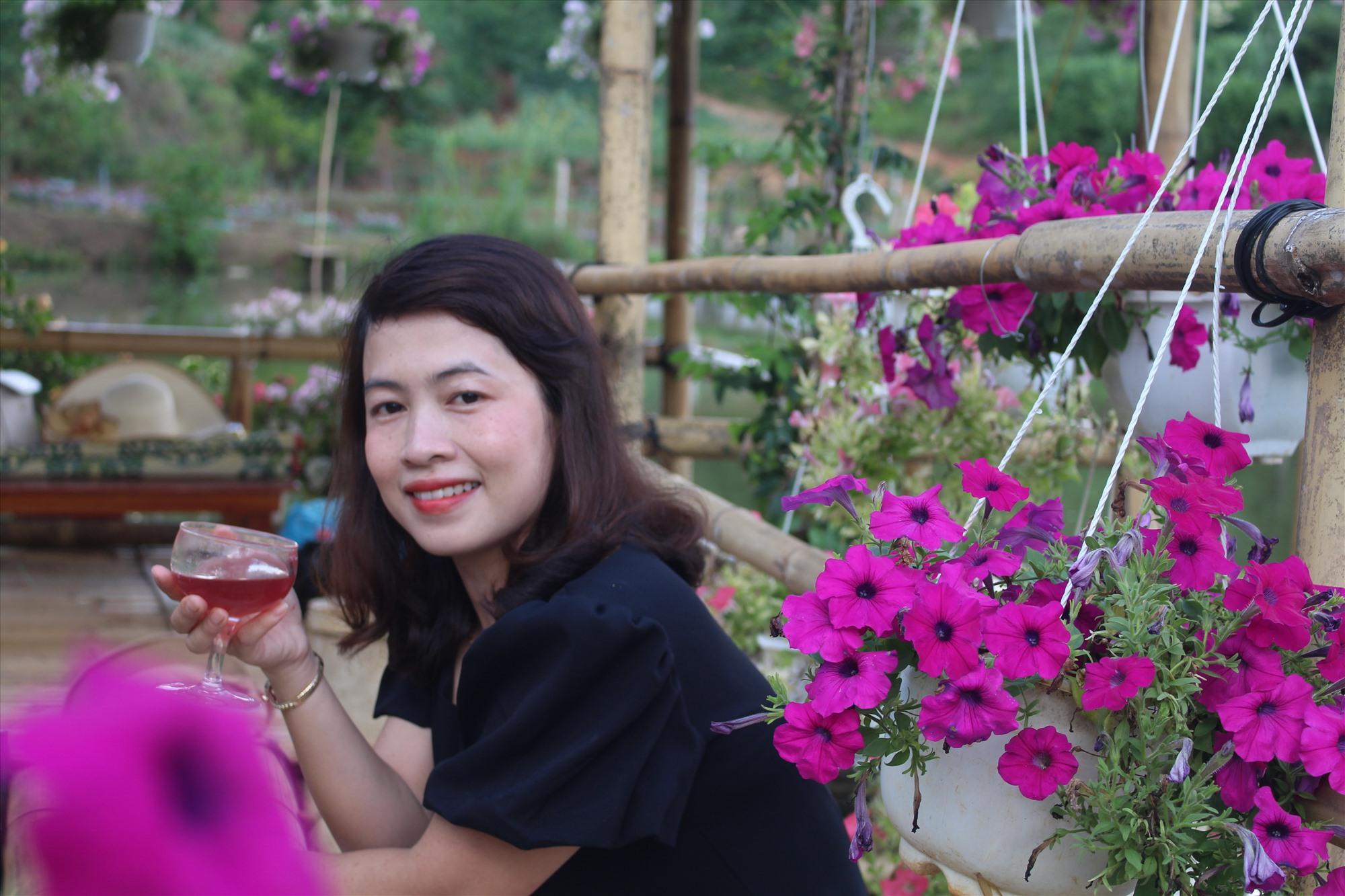 Tác giả Thanh Huyền thưởng thức rượu nếp cẩm.