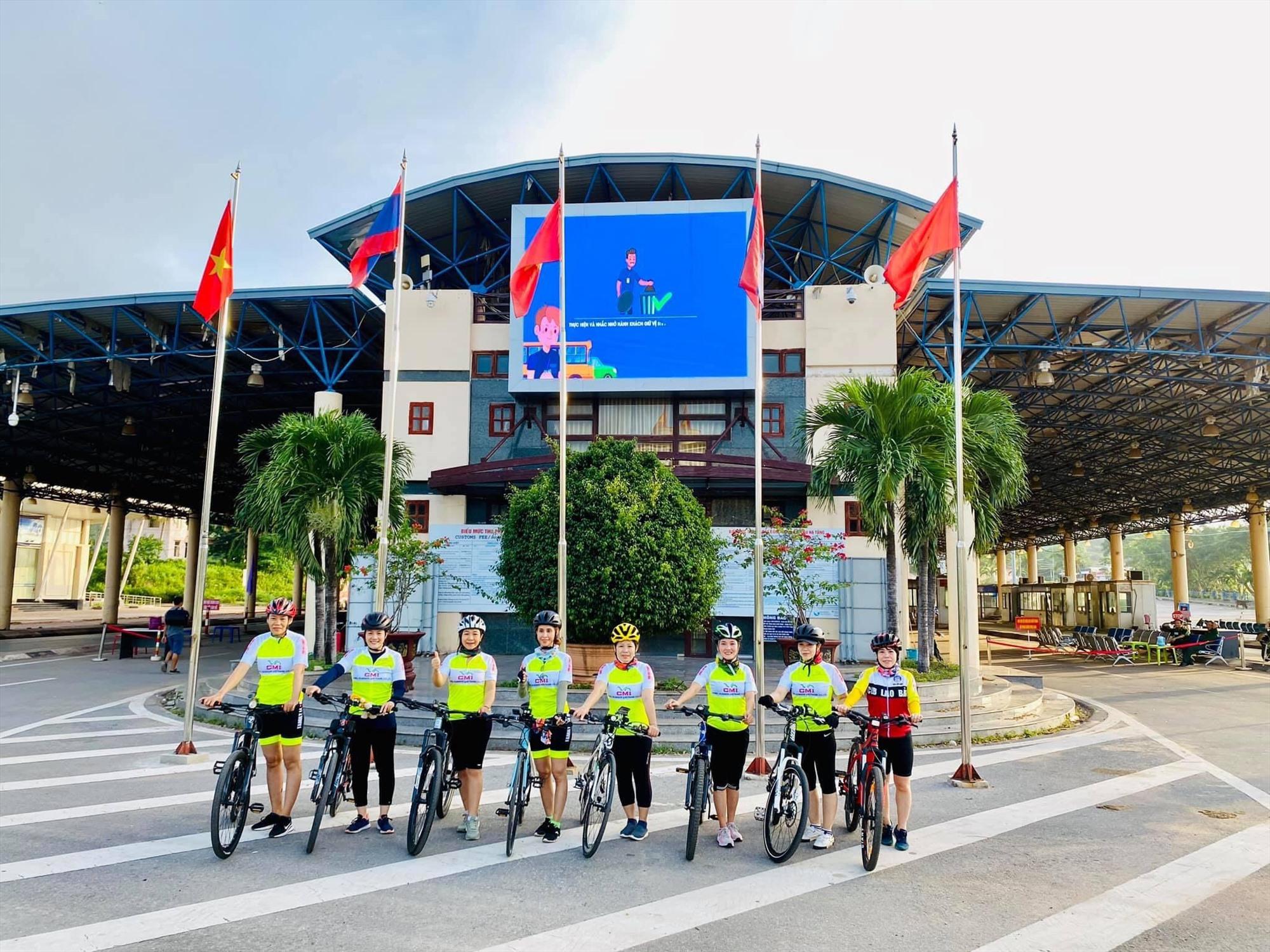 Nhóm xe đạp Family tại  Cửa khẩu Densavan (Savnakhet, Lào)