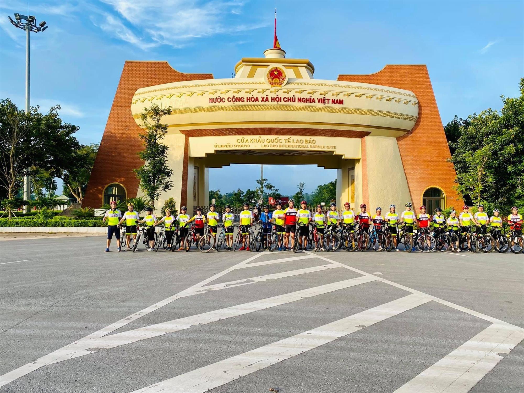 Nhóm xe đạp Family tại Cửa khẩu Quốc tế Lao Bảo